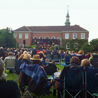 Menschenmenge auf der Wiese vor dem Lütetsburger Schloss, Schlosspark-Serenade
